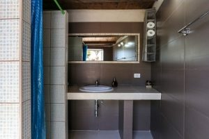 safari lodge sardinia bathroom